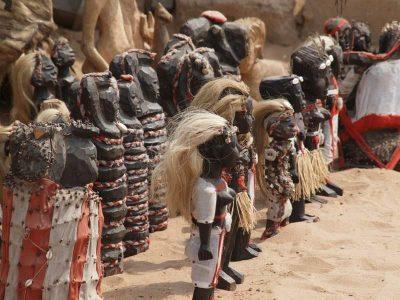 Ξύλινες κούκλες στην αγορά των Φετίχ